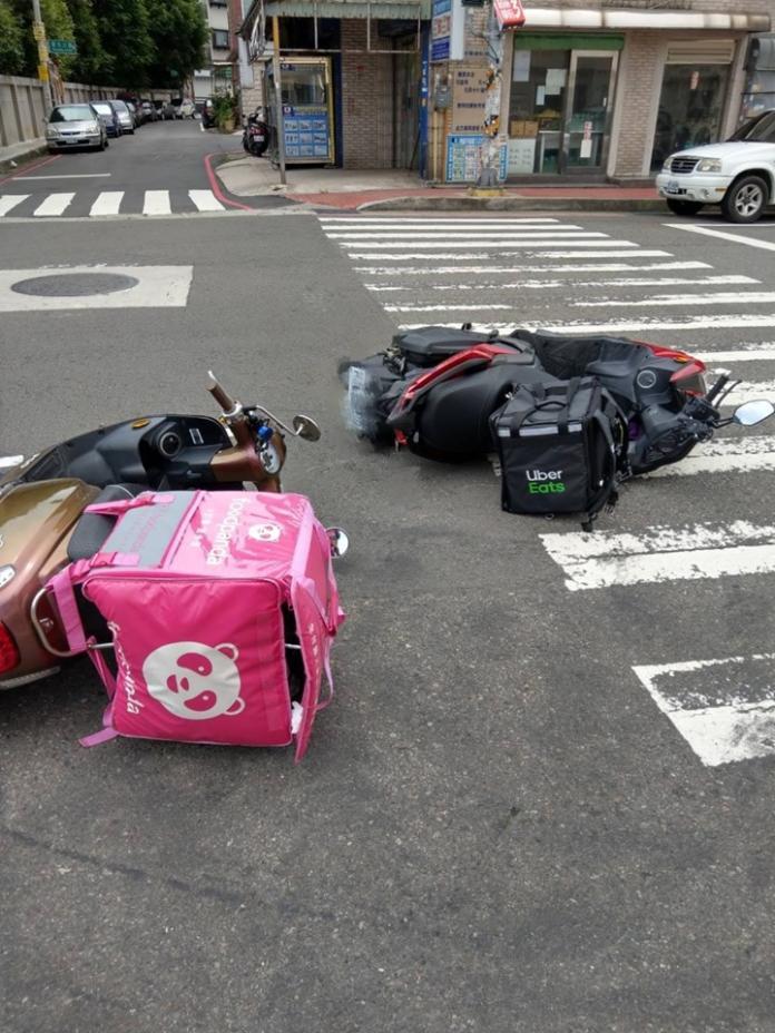 ▲ UberEats 和 Foodpanda 又再添一起「對決案例」,只見相片中兩台機車都被撞翻在地,眼尖的網友更發現,這次的車禍雖然不知道雙方外送員的傷勢,但就餐點的部分來講,是「 UberEats 」贏了。(圖/翻攝自《爆廢公社》)