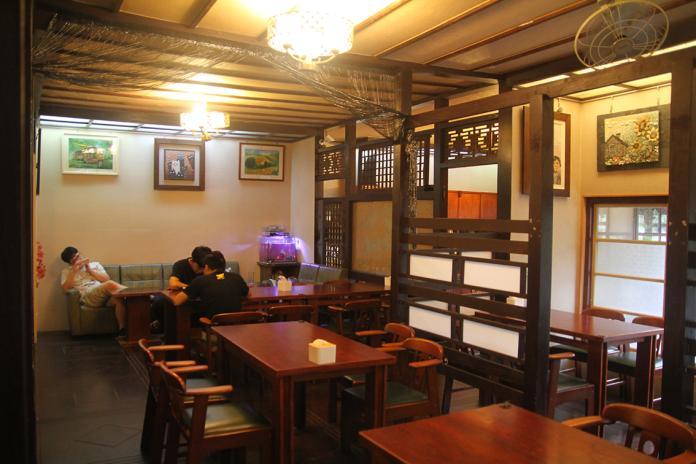 <br> ▲屋內還保有原來日式建築的格局,走在木板地上,可以感受到百年老屋帶來的魅力。(圖/記者鄭志宏攝)