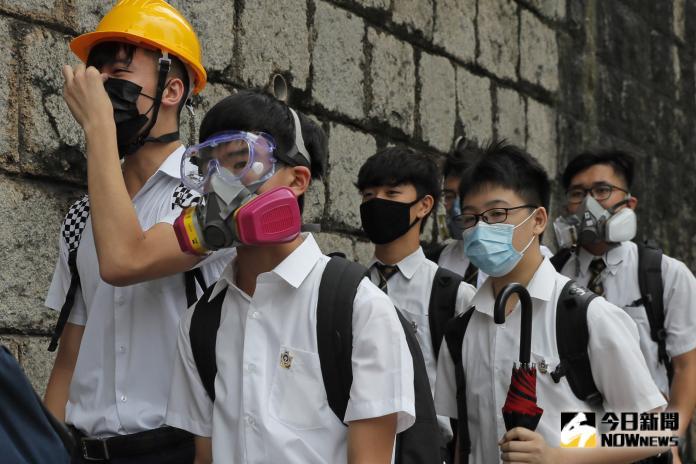 ▲香港聖保羅書院今早有學生戴防毒面具、頭盔現身。(圖/美聯社/達志影像)