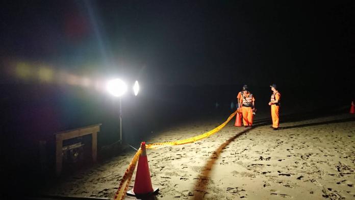 ▲海巡署弟兄拉起警戒帶,封鎖管制,並協助挖洞掩埋。(圖/台南市動保處提供)