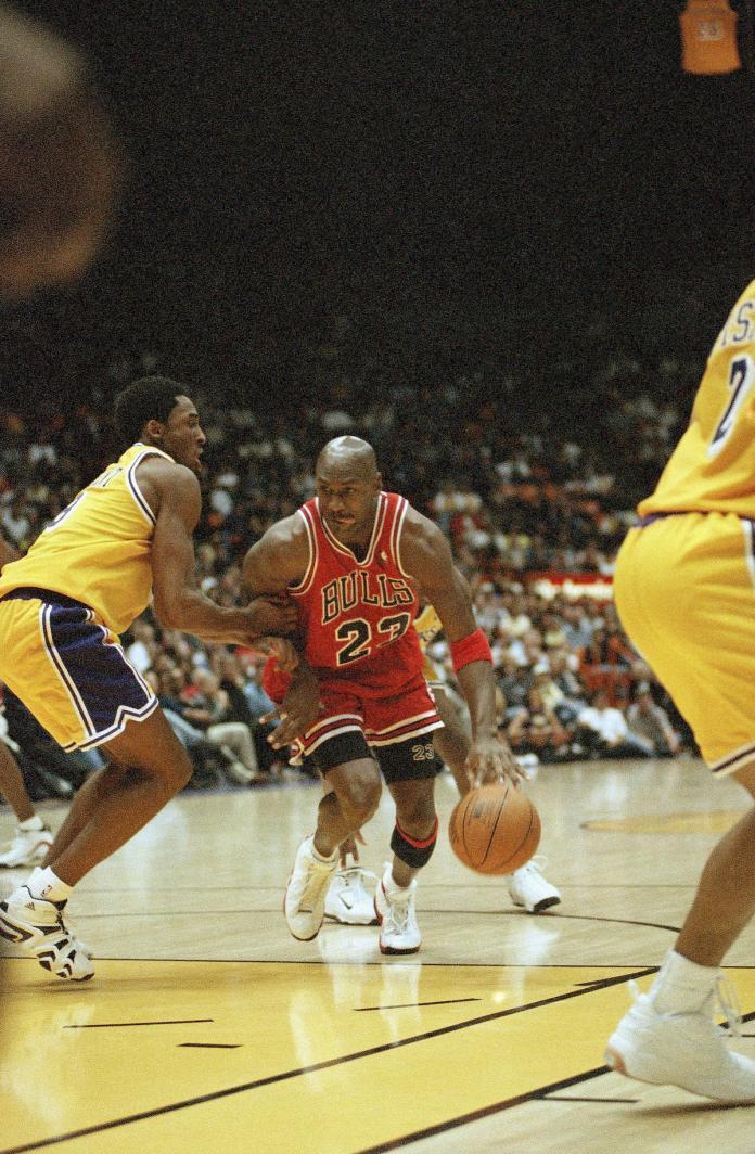 Michael Jordan與Kobe Bryant交手。(圖/美聯社/達志影像)