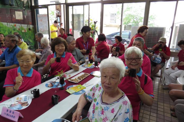 <br> ▲新北市邀請各社區老人據點或發展協會報名,讓老人學習手沖咖啡技巧。(圖/新北市社會局提供)