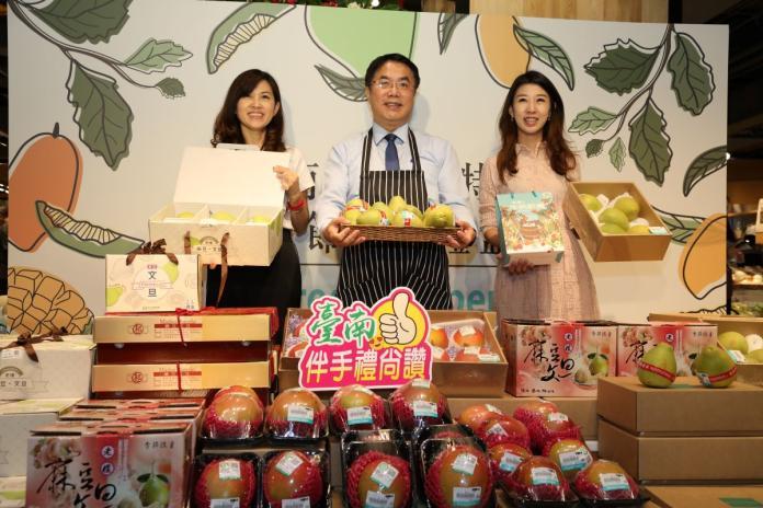 ▲台南農產品最佳代言人,黃偉哲市長行銷文旦不遺餘力。(圖/資料照片)