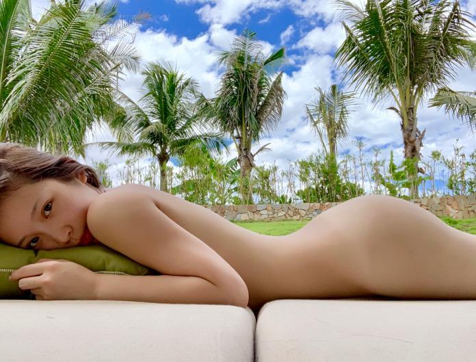 <br> ▲雞排妹全身一絲不掛,躺在泳池畔裸曬,並嬌喊下半身像台灣黑熊。(圖/翻攝雞排妹 IG )