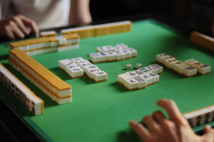▲過來人紛紛揭露了買電動麻將桌的4個優勢,分別為「牌局快速」、「麻將牌不會洗不乾淨」、「安靜」和「防作弊」。(示意圖/取自維基百科)