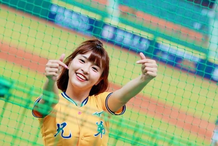 爆乳啦啦隊峮峮登上JUMP封面 被封為「台灣第一啦啦隊」