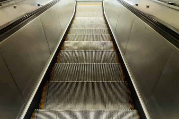 搭北捷<b>電扶梯</b>「站左側」遭羞辱!台大教授:總是要有人做
