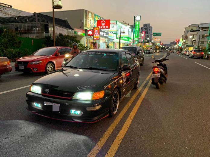 台南一名男子駕車停紅燈時,遭對向闖紅燈的機車擦撞,事後還被告。