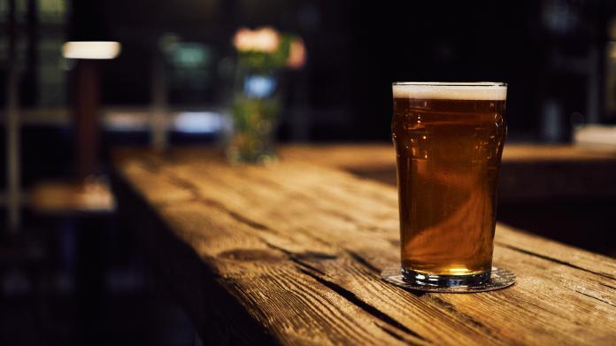 ▲男子在飯店的酒吧喝杯啤酒,竟被收台幣 200 萬元!(示意圖/與本文無關,取自 Unsplash )