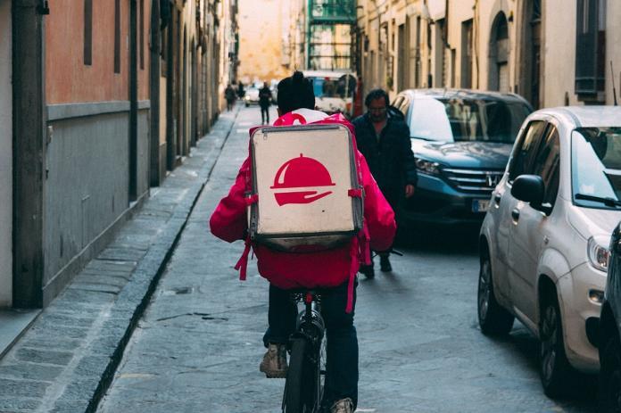▲現在最常見的工作,不論各國,應該就是「外送員」了,而外送員必須要有良好的素質才不會嚇到顧客。(示意圖/翻攝自 pixabay )