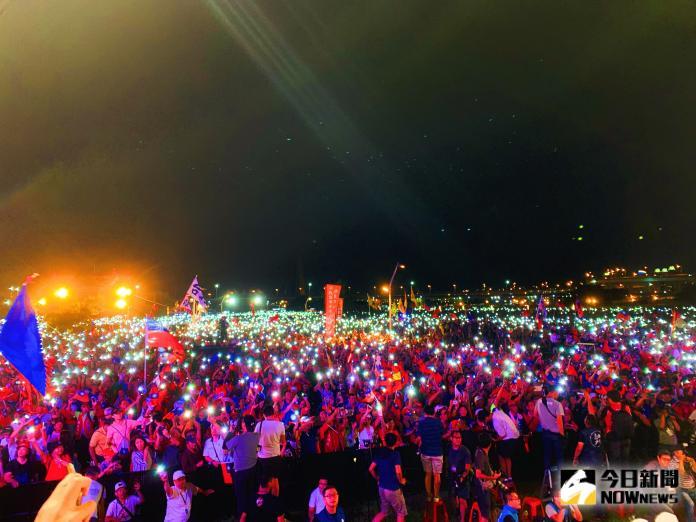 ▲韓國瑜獻唱《浪子回頭》,現場40萬民眾也拿出手電筒,讓台下變成浪漫的燈海。(圖/記者宋原彰攝,2019.09.08)