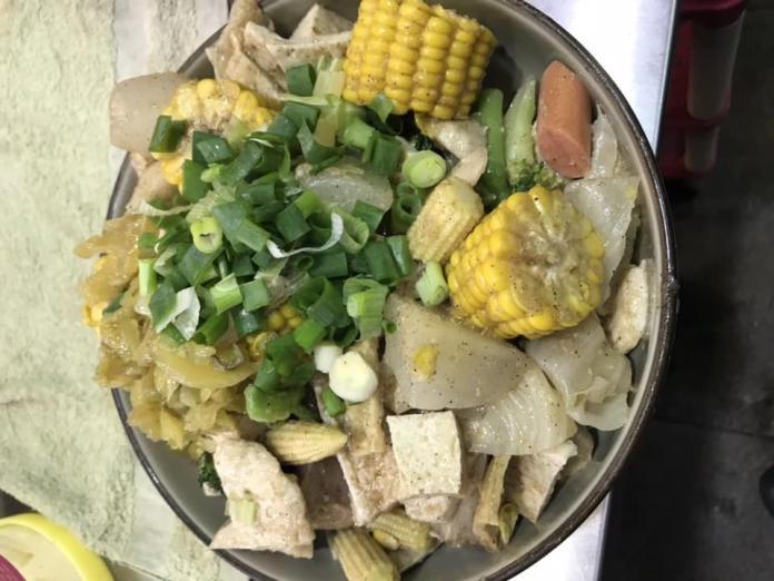▲鹹水雞是不少人喜愛的小吃,不僅有肉還可以吃到蔬菜。(示意圖/翻攝自臉書粉專皇家極品鹹水雞-山外店)