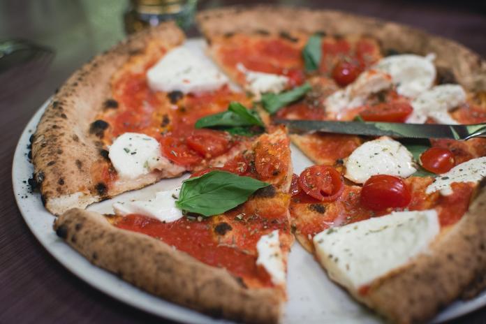 ▲近日有網友在 PTT 八卦版疑惑表示,為何台灣的 3 大披薩店都沒賣經典的「瑪格麗特」口味披薩?貼文立刻引發熱議。(示意圖/翻攝自 Pixabay )