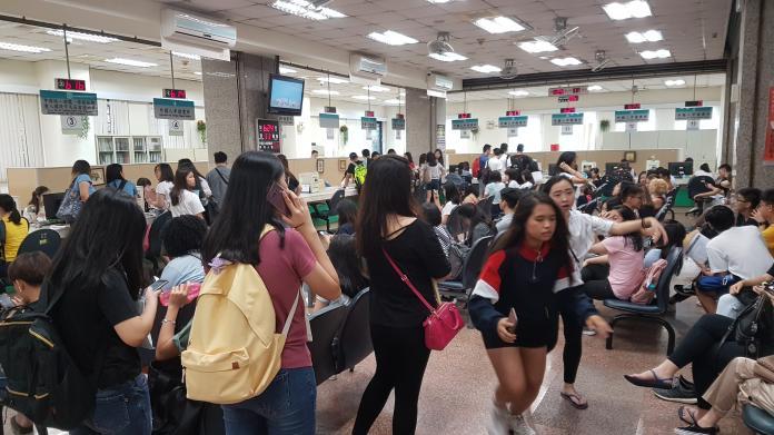 開學日僑外生擠爆移民署 居留證線上申辦懶人包