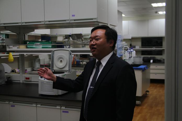<br> ▲基因暨幹細胞研製中心主任孫立易介紹治療中心內部設備。(圖/記者鄭志宏攝)