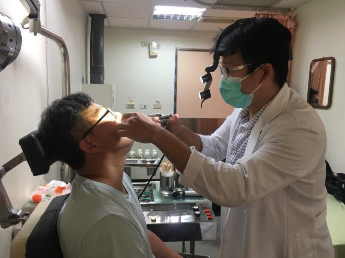 ▲耳鼻喉頭頸外科吳昭寬醫師(右)為病人檢查,圖中非當事患者。(示意圖/南投醫院提供)