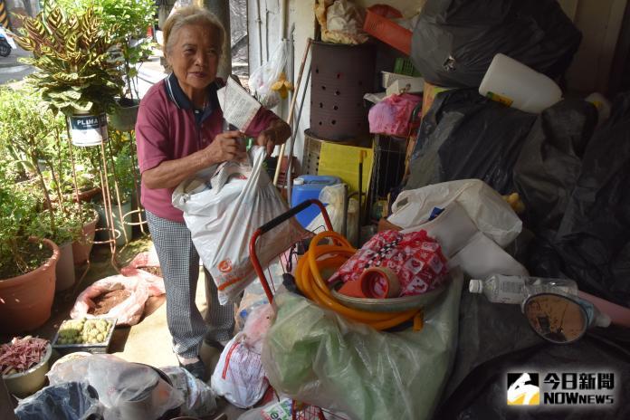 <br> ▲高齡80歲的阿滿嬤仰賴資源回收維生。(圖/記者陳雅芳攝,2019.09.09)