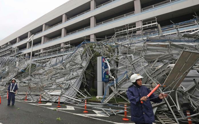 ▲颱風近日肆虐東北亞造成災情。圖為東京羽田機場 9 日遭颱風破壞照片。(圖/美聯社/達志影像)