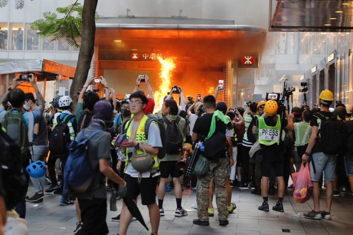 ▲對於香港地鐵近日在示威活動中屢遭破壞一事,林鄭月娥再度於記者會譴責暴力。(圖/美聯社/達志影像)