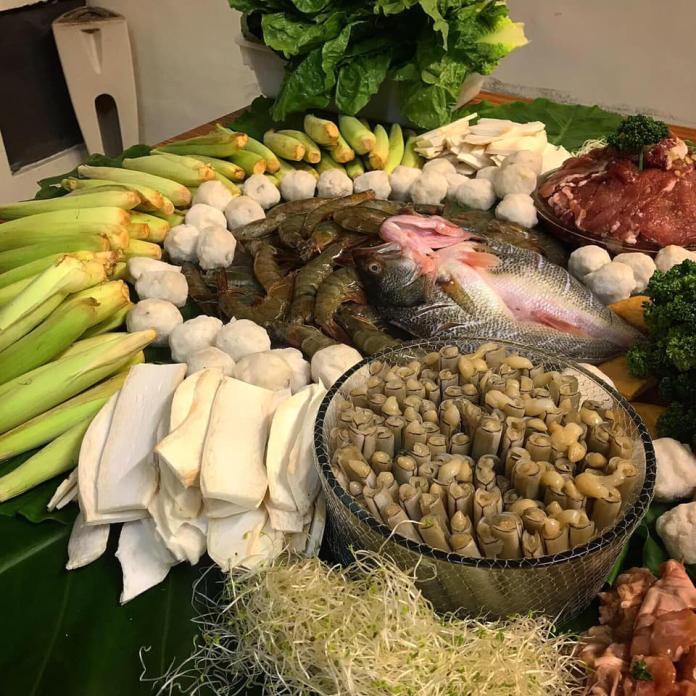 <br> ▲餐桌上各種蔬菜海鮮也沒少。(圖/翻攝Dcard/爆廢公社)
