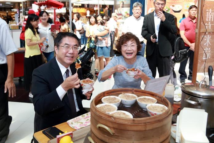台南市長黃偉哲(左)與台南市經濟發展局局長郭阿梅,卯足勁行銷台南在地特色美食