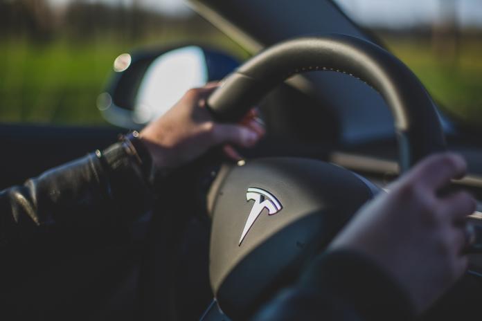 ▲特斯拉公司提醒,自動駕駛輔助系統( Autopilot )啟動時,駕駛員仍需握好方向盤注意路況。(示意圖/圖中非當事人,取自 Unsplash )