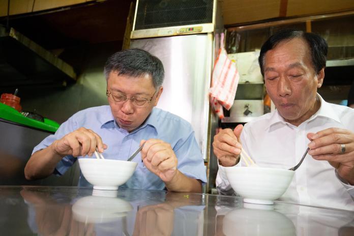 ▲郭台銘與柯文哲在新竹城隍廟前攤位吃米粉湯。(圖/台灣民眾黨提供)