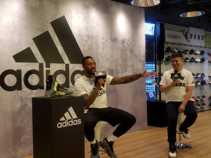 美國職籃NBA波特蘭拓荒者球星里拉德(DamianLillard)來台訪問,11日在台北出席知名運動品牌門市開幕活動,現場回應媒體提問。(圖/黃建霖攝)
