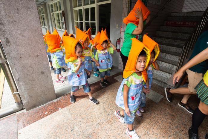 <br> ▲天使幼兒園小朋友也一同進行演練,他們頭戴地震防護頭套,在老師的帶領下,相當整齊的跑向操場。(圖/記者鄭志宏攝)