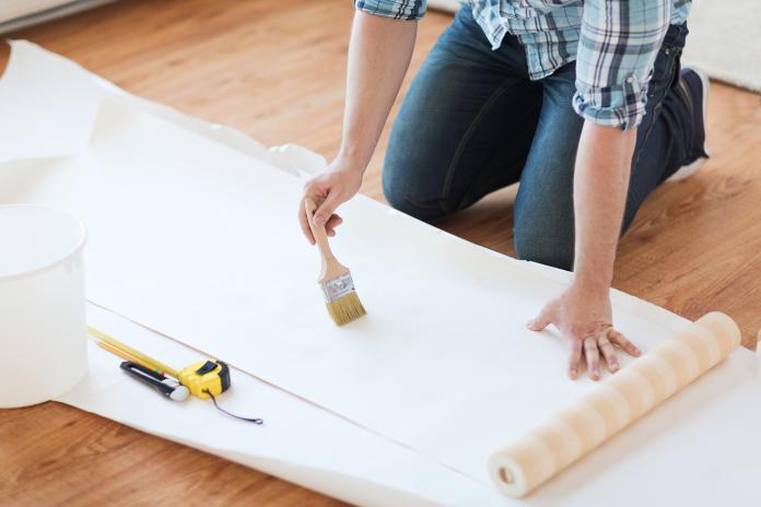 ▲若裝潢預算不足,可DIY貼上不同材質、花色的壁紙,凸顯個人居家風格。(圖/信義居家提供)。