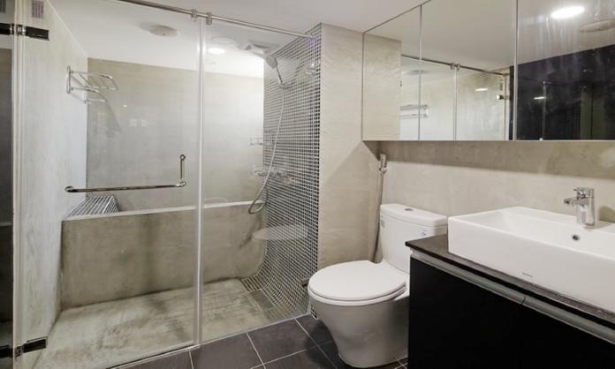 ▲浴室裝修時應加強防水、防潮,例如加裝抽風機、挑選吸水率低、防滑的地磚等。(圖/雅浩室內裝修設計提供)