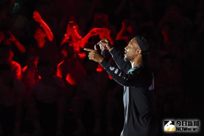 NBA拓荒者明星後衛Damian Lillard快閃來台,見面會中獻唱新歌。(圖/陳明安攝)