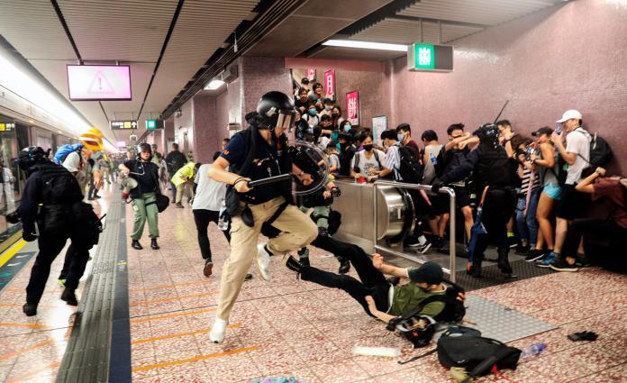 <br> ▲香港地鐵太子站在 8 月 31 日爆發新一波警民衝突,港警遭社運人士及泛民派議員質疑是否無差別襲擊市民。圖為 8 月 31 日當晚資料照。(圖/美聯社/達志影像)