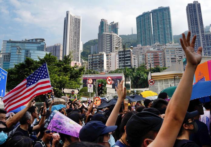 <br> ▲香港民間持續有團體發起規模不一的示威活動,演變成暴力衝突時有所聞。圖為 9 月 8 日的示威者向美國駐香港總領事館的請願遊行。(圖/美聯社/達志影像)