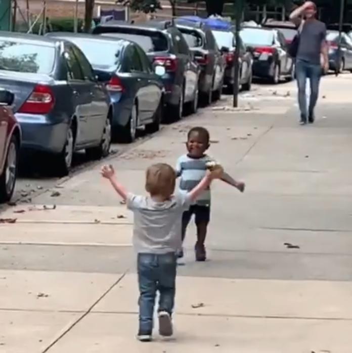 ▲美國紐約一對 2 歲小男童,感情好到才 2 天沒見面,一在街上遇到就飛奔相擁。(圖/翻攝自 Michael D Cisneros 臉書)