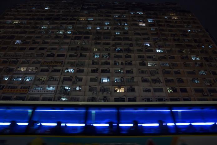▲在香港經濟繁榮景象的背後,是驚人的高房價與過於稠密、擁擠的生活空間。資料照。(圖/美聯社/達志影像)