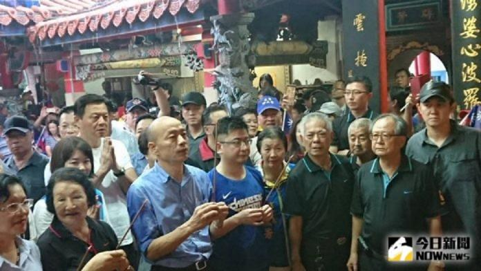 韓國瑜拜廟,民眾十分熱情。 (圖/Nownews資料照)