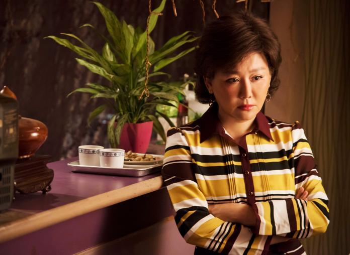 <br> ▲藍心湄飾演個性海派的茶室老闆娘。(圖 / 公視提供)