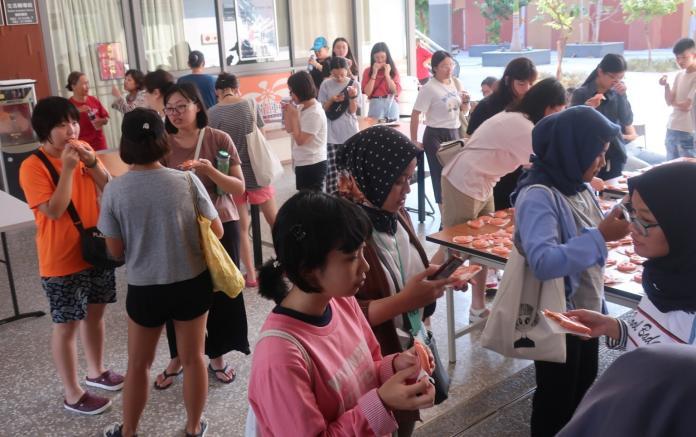 學生享用自己做的紅龜粿