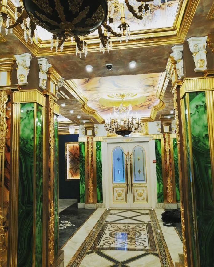 ▲吊燈配上金邊線條的裝潢,讓人彷彿置身古代宮殿。(圖/翻攝自 nlazarenko IG)