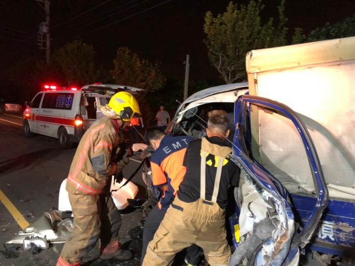 消防人員正從車裡救出傷者