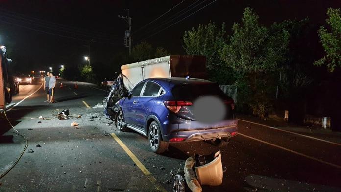 <br> ▲車輛嚴重毀損,車禍現場一片狼藉。(圖/記者陳聖璋翻攝)