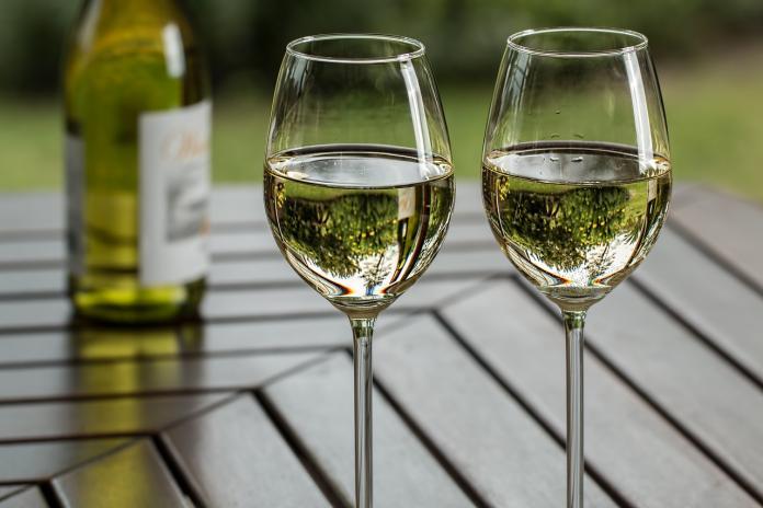 <br> ▲有一位網友在網路上分享他在好市多購買的白酒味道平衡順口,「太座非常喜歡」,網友定睛一看,沒想到這款是傳說中的「把妹神酒」。(示意圖/翻攝自 pixabay )