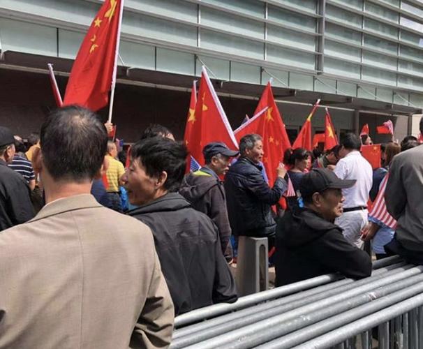 <br> ▲手持五星旗的中國民眾,高喊「黃之鋒出來」。(圖/取自黃之鋒臉書)