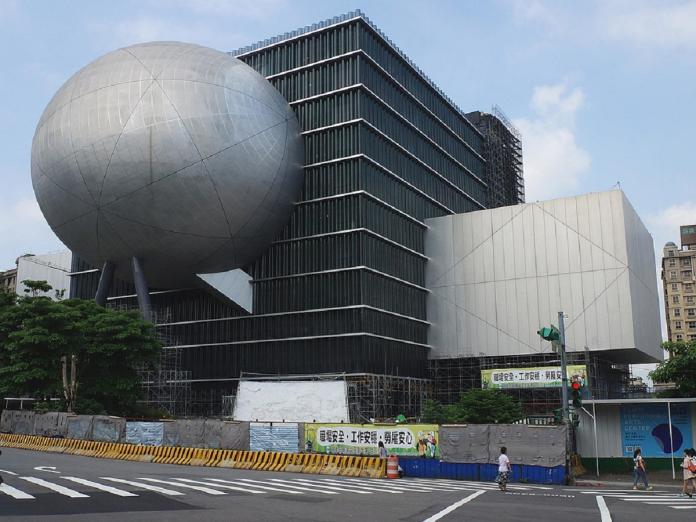 ▲士林夜市「巨型球體」到底是啥?答案曝光:竟是爛尾樓。(圖/翻攝自維基百科)