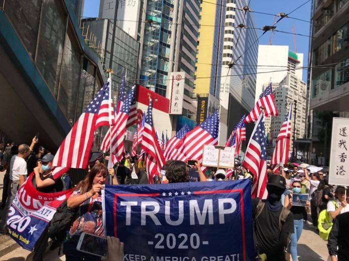 <br> ▲部份示威者帶著美國國旗遊行。(圖/翻攝巴士的報)