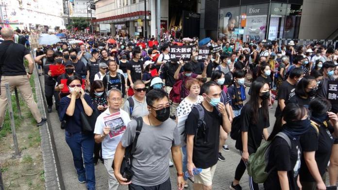 <br> ▲遊行人士大多穿黑衣、戴口罩。(圖/翻攝巴士的報)