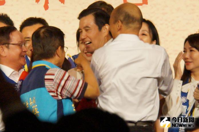 韓國瑜擁抱馬英九
