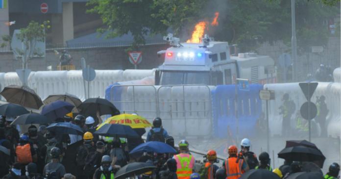 ▲水炮車車身一度起火燃燒。(圖/翻攝巴士的報)
