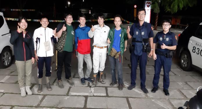 ▲日本遊客來台自助旅行,月圓夜在五峰鄉山區迷途,幸好遇上熱心警察引導帶路。(圖/竹東分局提供)